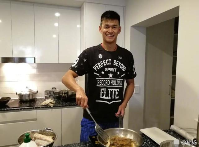孙杨亲自掌勺大展厨艺 教练队友们都竖起了大拇指!
