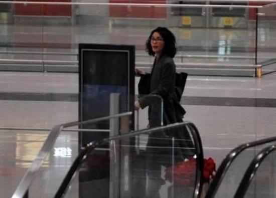王菲机场喊谢霆锋 不顾仪态在大庭广众大声喊谢霆锋的名字
