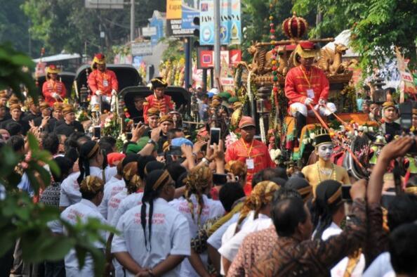 印尼总统女儿出嫁:邀请8000宾客 雇佣50辆三轮车