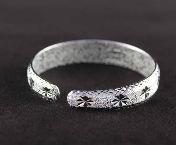 在古代的时候,就有一种十分奇特的传说,银饰品可以象征着神圣,可以驱除邪气。