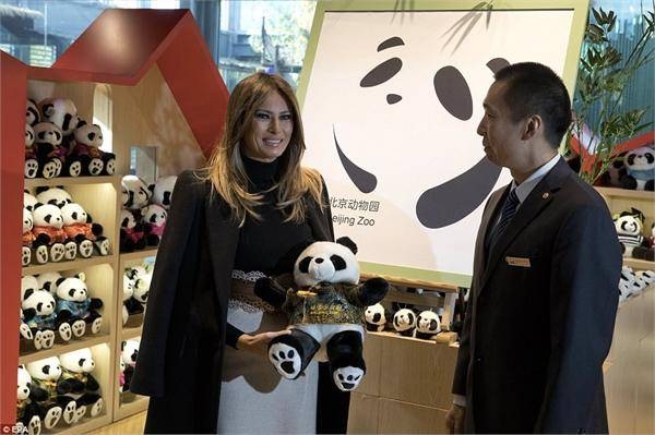 美第一夫人喂熊猫 梅拉尼娅:谢谢北京动物园很高兴见到古古!