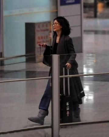 王菲机场走散喊谢霆锋 焦急模样犹如走失的小孩