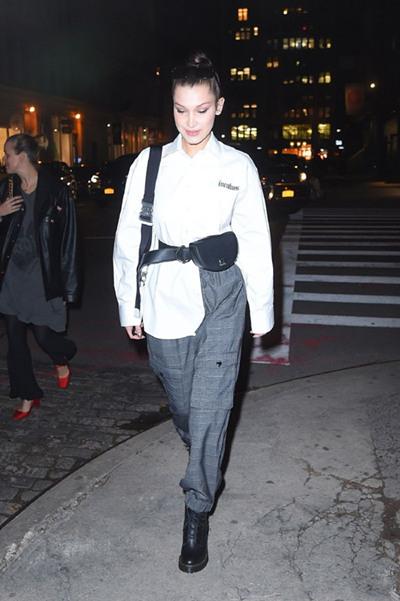 Bella Hadid街拍造型示范 白色衬衫+纸袋裤舒适又帅气