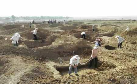 """河南周口发掘百座汉墓群 出土大量陶器与汉代""""五铢""""钱"""