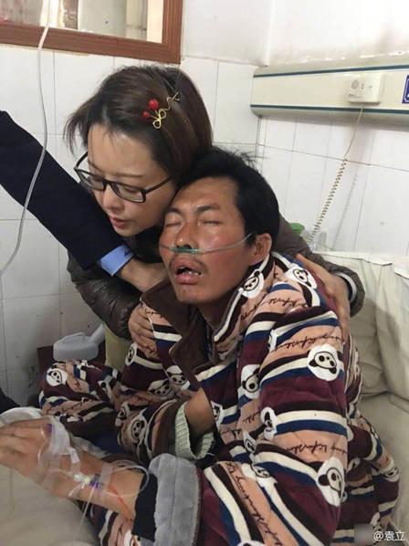 44岁袁立探望尘肺病工人 搂着尘肺工人表情十分难过