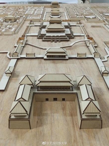 大学生缩建故宫 按1:1000的比例缩建成木质模型