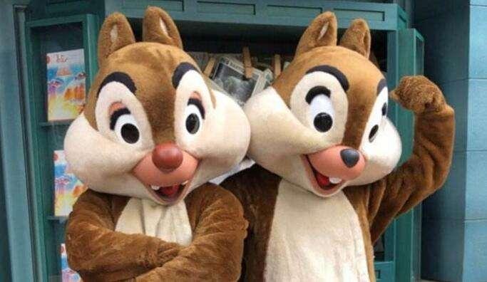 迪士尼花栗鼠被游客拍伤 头套内部是用铁架子