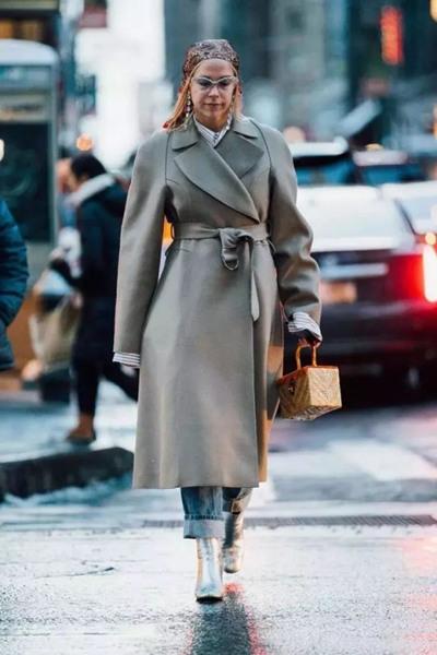 欧美穿衣搭配造型示范 一件灰色大衣能容纳所有颜色