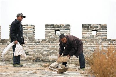 7旬农民拆自家院墙 还长城老砖修长城