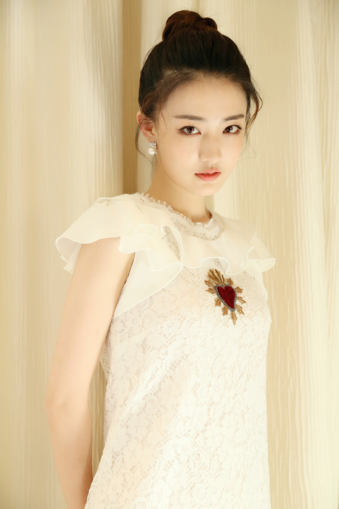 徐璐佩戴ARTĒ Prism系列珍珠耳环出席《海上牧云记》发布会