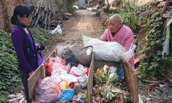 女硕士从海外回农村捡垃圾 对当地垃圾分类亲力亲为