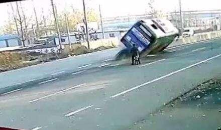 公交避自行车侧翻 骑自行车人淡定离开
