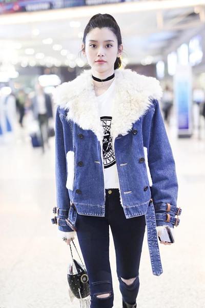 奚梦瑶机场街拍示范 翻毛夹克+破洞裤大秀完美长腿