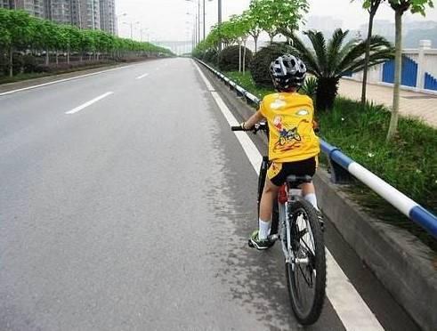 """父母忙着做生意 8岁男童独自骑车""""旅行"""""""