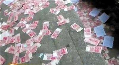 男子家口下钞票雨 捡起来发现全是冥币
