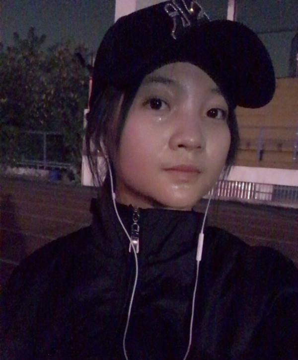 林妙可减肥夜跑 跑完5000米满脸大汗