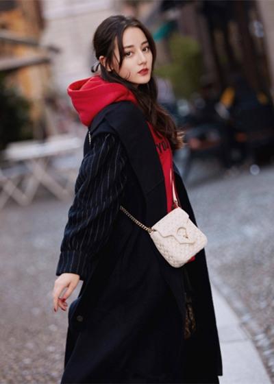 迪丽热巴私服街拍曝光 卫衣搭配西装浪漫又优雅