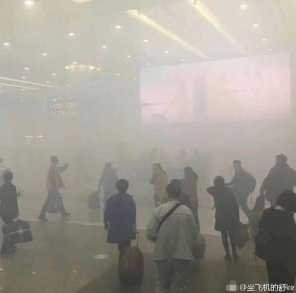 浦东机场浓烟弥漫 暂未对航班运行造成影响