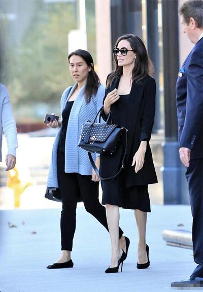 Angelina Jolie街拍示范 黑色连身裙+黑西装气场十足