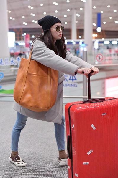 倪妮机场穿衣搭配示范 裹棉袄戴毛线帽时髦又温暖