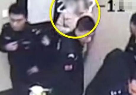 15岁少女同居被阻欲自刎 民警夺刀受伤