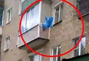 11月婴儿被父扔下楼 没有人指责还有人鼓掌叫好