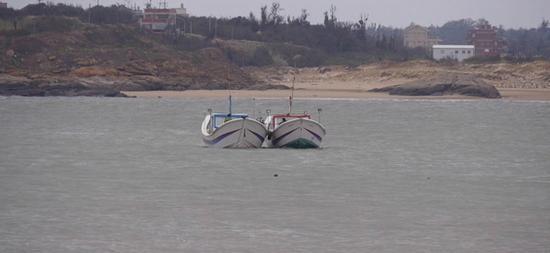 大陆渔船金门翻覆2人失踪 家属驾船寻人被扣