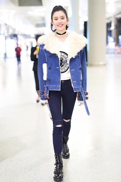 奚梦瑶机场街拍示范 牛仔外套搭破洞裤秀逆天长腿