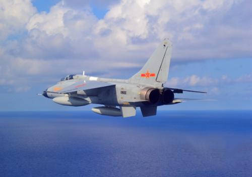 解放军军机跨越第一岛链 日本派出战机起飞进行所谓监控