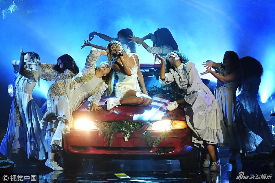 全美音乐奖上赛琳娜被质疑假唱  全程都是低头或挡脸