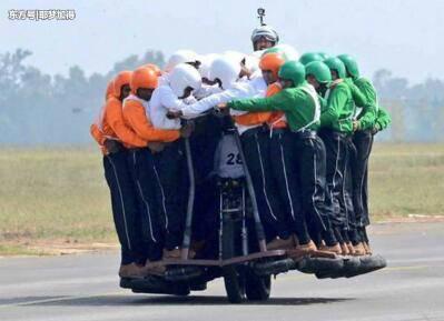 一辆摩托载58人 印度陆军创造新的世界纪录