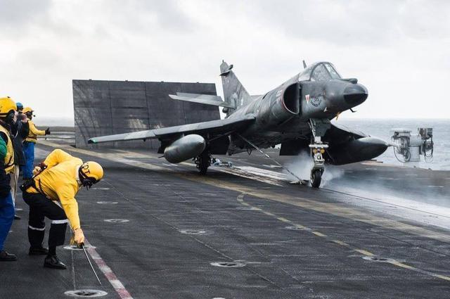 中国曾想发展4万吨航母 重型的歼-8II战斗机上舰