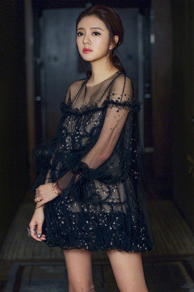 学安以轩穿衣搭配造型 黑色刺绣小纱裙尽显纤细美腿