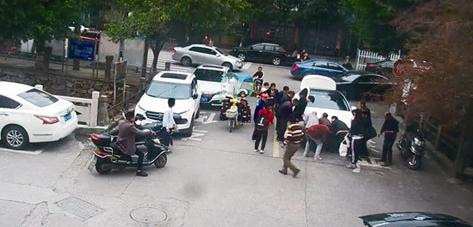 男子被卷车底15人抬车搭救 立即送往医院已无生命危险