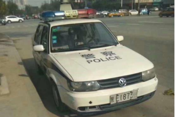 警车违停被贴罚单 市民要求能给一个完美的解释