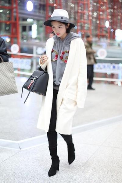 学唐艺昕街拍穿搭示范 白色大衣+卫衣显瘦又减龄