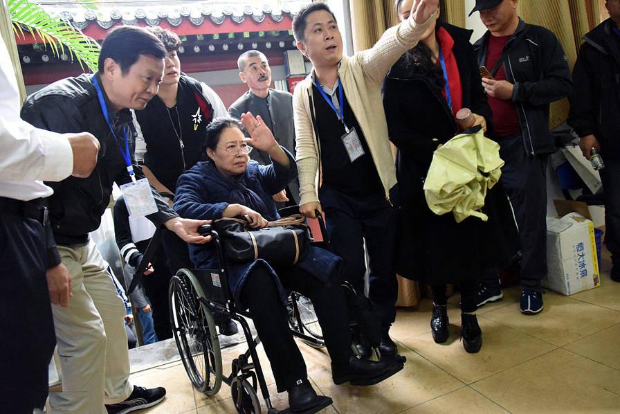 斯琴高娃坐轮椅见影迷 在众人的帮扶下到达电影《爱情树》开机仪式现场