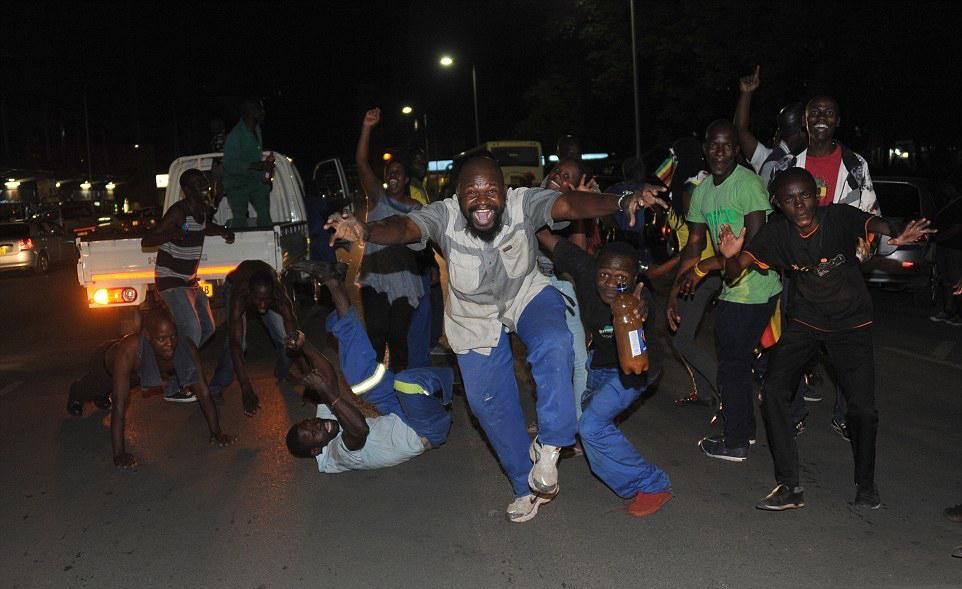 津巴布韦总统辞职后的街头 哈拉雷民众上街欢呼庆祝