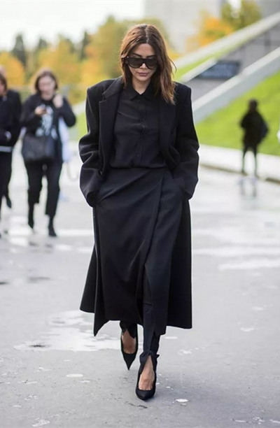 冬季职场穿衣搭配示范 用黑色大衣解决一切问题