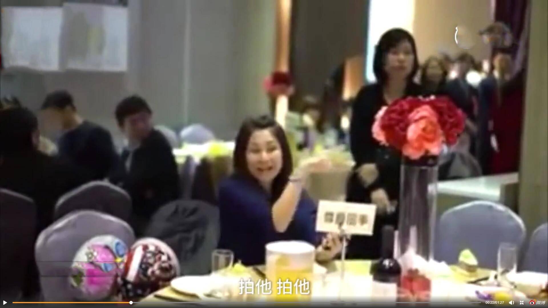 女子蹭婚宴被拆穿 一个人霸占一桌宴席旁若无人的嗑瓜子