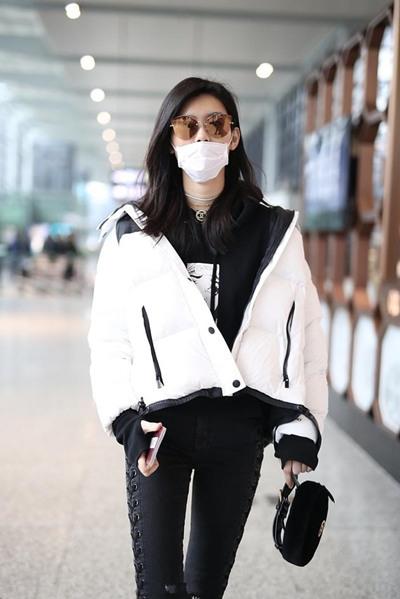 学奚梦瑶街拍造型示范 羽绒服滑肩穿轻松扮时髦