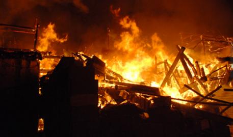 男子火场救人自家被烧 他需要买好火灾保险傍身