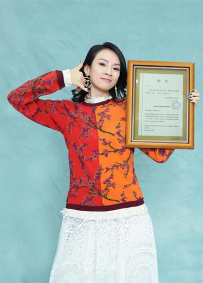学章子怡穿衣搭配造型 彩色卫衣+蕾丝长裙优雅又俏皮
