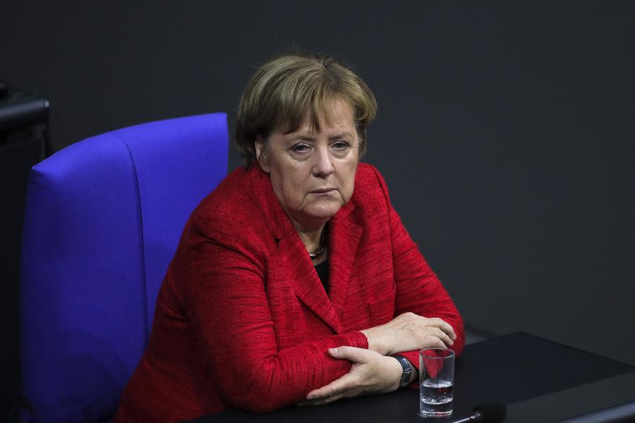 德国总理默克尔出席议会全体会议。