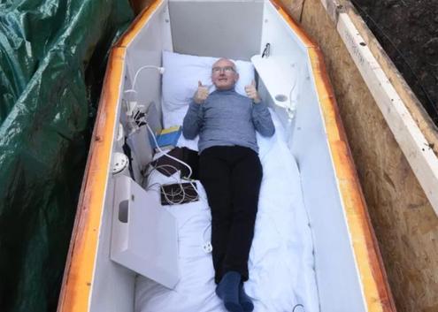 老人做棺材将自己活埋 为啥当地政府和妻子都支持?