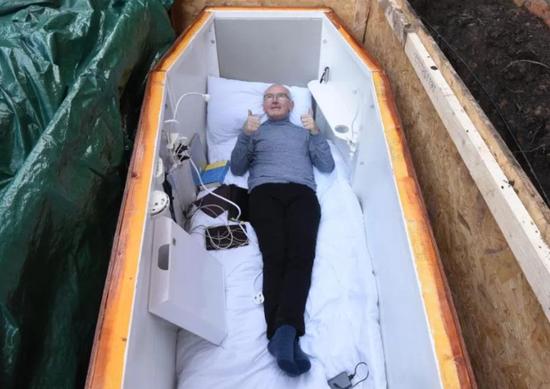 做棺材将自己活埋 当地政府和妻子都支持