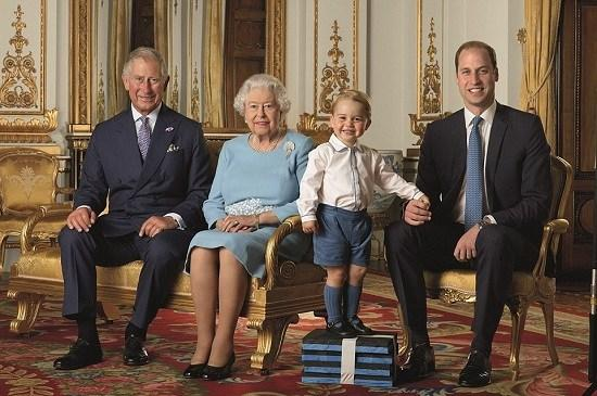 英女王70年白金婚合影 英国皇室家族发布四世同堂照片