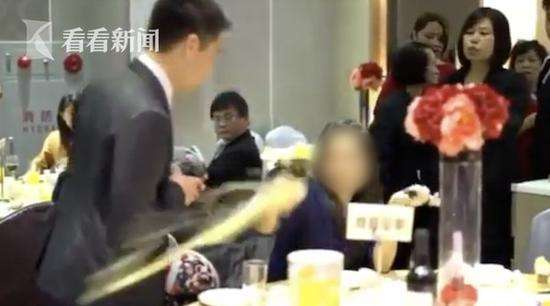 女子蹭婚宴被拆穿当场发飙 网友猜测:前女友