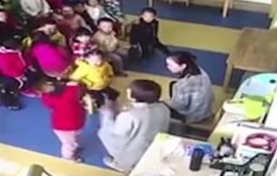 幼儿园教师拖拽拍打幼童 孩子吓哭摆手求饶
