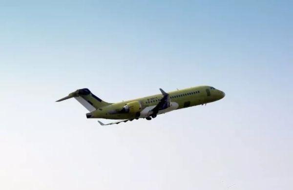 国产飞机ARJ21-700第110架机于上海顺利首飞